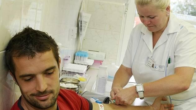 DÁRCOVSTVÍ KRVE. Do liberecké transfúzní stanice přišli darovat krev hokejisté extraligových Bílých Tygrů. Chtěli tak dát příklad i svým fanouškům. Na snímku Pavel Kašpařík.