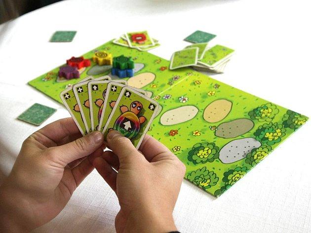 Deskové hry jsou na rozdíl od čistě počítačových společenskou záležitostí, hráči si při nich mohou povídat s kamarády. To mohli lidé zažít na sobotním Festivalu her.