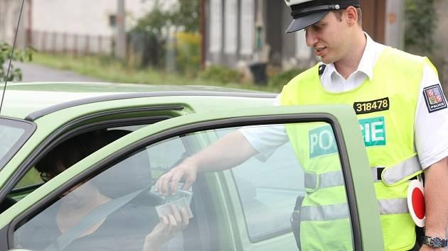 Policisté při kontrole.
