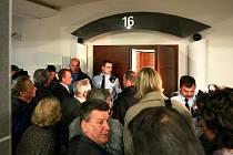 SLEDOVANÁ KAUZA. Do zasedací síně Okresního soudu v Liberci se nevešli všichni zájemci o sledování líčení s bývalým poslancem Josefem Vondruškou.