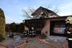 Požár trojgaráže v ulici Doubská.