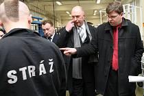 Ministr spravedlnosti Jiří Pospíšil navštívil v rámci cesty po Libereckém kraji věznici ve Stráži pod Ralskem kde si prohlédl dílny v nichž vzniká kabeláž pro osobní automobily.