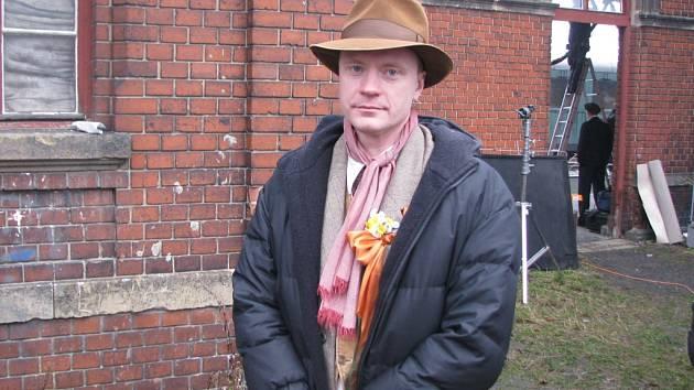 JAN BUDAŘ, představitel jedné z hlavních rolí ve filmu Tenkrát v ráji, před nádražím Horní Růžodol.