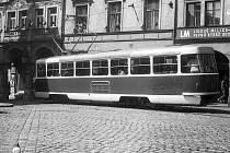 U RADNICE. Zbrusu nová tramvaj T3 v zastávce na Náměstí Bojovníků za Mír před tím, než vjede do Pražské ulice, samozřejmě pod dozorem Lidových milicí. Tramvaje byly dodané v roce 1973, od roku 1975 jezdily do Jablonce.