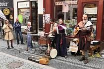 Ve středu 4. srpna vystoupila v Pražské ulici před Knihkupectvím a antikvariátem Fryč hudební skupina Trifikus.