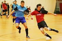 POSTUP V POHÁRU. Vpravo je zachycen při akci liberecký Benek. Dal jeden ze čtyř gólů, ale neproměnil penaltu.
