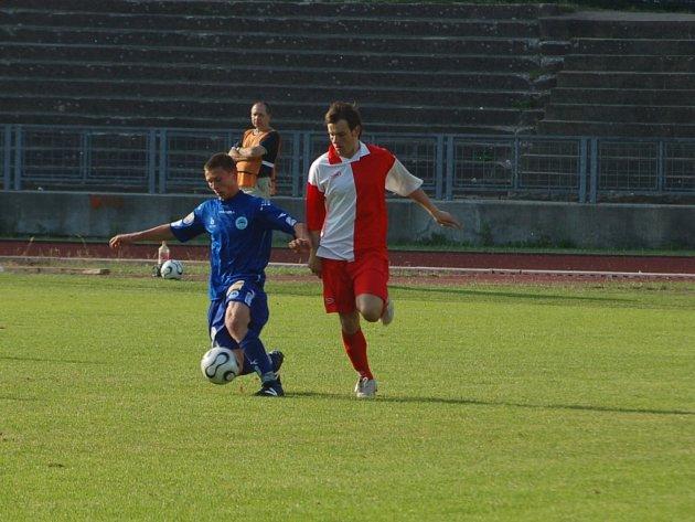MLÁDÍ SE HLÁSÍ. Osmnáctiletý hráč Slovanu Liberec Marek Srkal (vlevo) si včera podruhé zahrál v mužstvu dospělých. Na snímku v úspěšném souboji s velimským Martinem Kulhánkem.