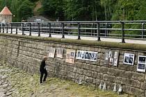 GALERIE V PŘÍRODĚ. Na jeden den v roce se hráz přehrady nebo zeď u Povodí Labe promění v místo, kde lze obdivovat fotografie nadšenců i profesionálních fotografů.