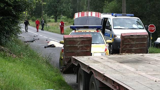 Cyklistu v Oldřichově v Hájích srazil kamion. Pří příjezdu na místo nehody už jen lékař záchranné zdravotnické služby konstatoval smrt.