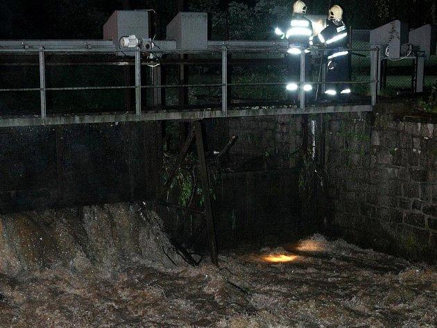 Během středečního lijáku se několikanásobně zvedla hladina řeky Nisy v Liberci. Do prudkého proudu spadl neznámý muž, kterého se snažili policisté, záchranáři a hasiči zachránit. Přestože jej už měli na dosah, nepodařilo se ho zachytit
