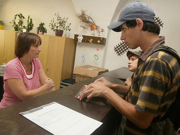Městský úřad zahájil vydávání poukazů na finanční pomoc lidem postiženým povodní. Pro necelých 47 tisíc přišel pan Filip Kovář.