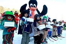 Závěrečným karnevalem skončil lyžařský kurz pro děti.