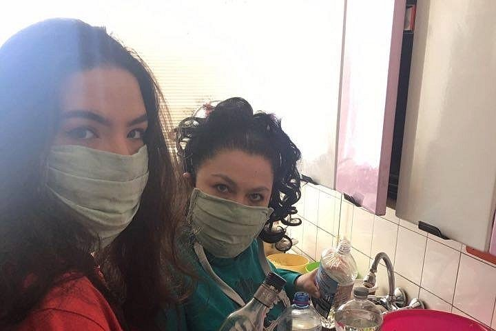 Romské dobrovolnice šijí roušky.