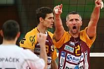 VOLEJBALOVÁ RADOST. Kapitán Dukly Liberec Lubomír Staněk oslavuje jeden z vítězných míčů ve včerejším extraligovém utkání s Fatrou Zlín.