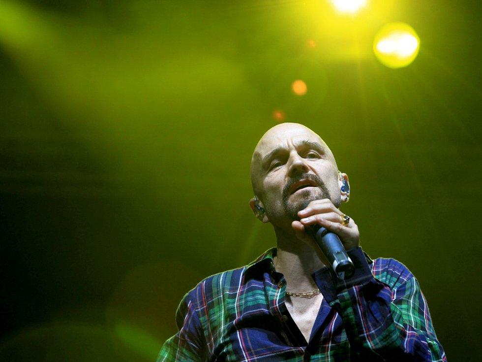 Na snímku vystoupení kapely James z Velké Británie s frontmanem Timem Boothem.
