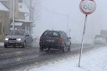 Husté sněžení překvapilo řidiče na Liberecku i Frýdlantsku.