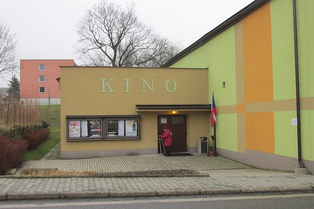 VHejnicích se volí přímo ve vestibulu místního kina.