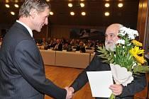 Dlouhých 41 let v kantořině letos slaví učitel libštátské základky František Zítko. Na snímku s krajským radním Jarosl. Podzimkem.