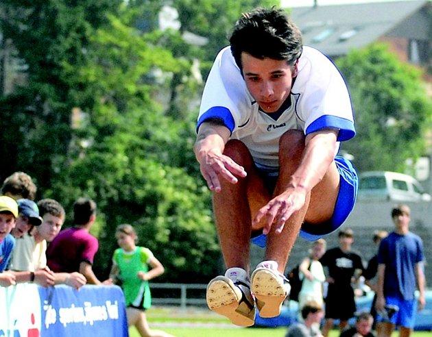 V kategorii starších žáků skončil v dálce na 6. místě Ondřej Pulkrábek (ZŠ Doksy).