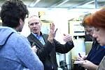 Profesor David Lukáš vysvětluje principy nového oboru novinářům.