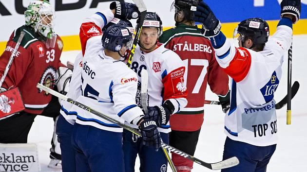 Michal Bulíř přijímá gratulace po vstřelení gólu, kterým poslal Liberec do čtvrtfinále Ligy mistrů.