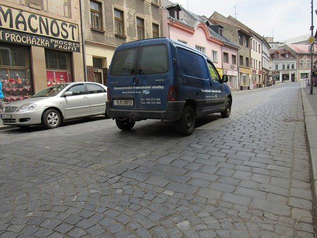 HLUK Z AUT jedoucích přes dlažbu už je pro obyvatele Palackého ulice neúnosný.