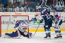 Utkání 39. kola Tipsport extraligy ledního hokeje se odehrálo 12. ledna v liberecké Home Credit areně. Utkaly se celky Bílí Tygři Liberec a HC Vítkovice Ridera. Na snímku zleva Patrik Bartošák a Dominik Lakatoš.