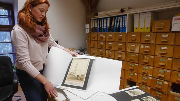 Kurátorka Severočeského muzea v Liberci Anna Dařbujanová představuje nově získané fotografie, které čekají na restaurování.