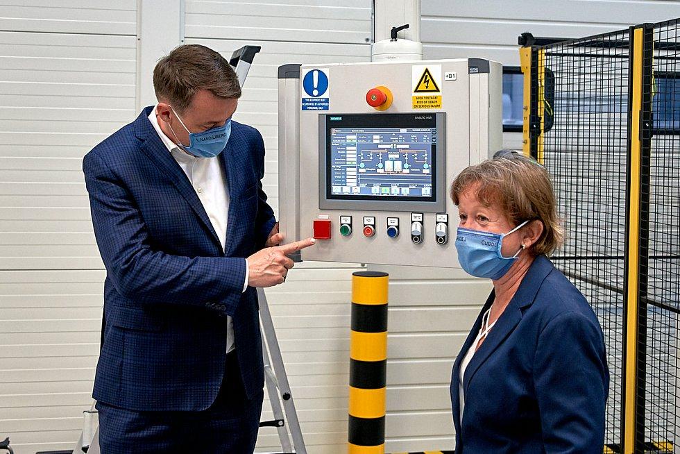 V Turnově spustili linku na liberecké nanoroušky. Na snímku hejtman Libereckého kraje Martin Půta a Marcela Munzarová.