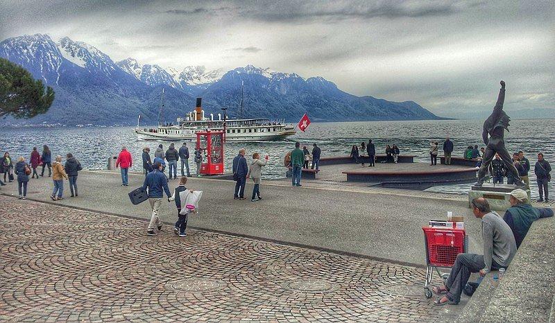 FREDDIE MERCURY, frontman Queen, má v Montreux na břehu Ženevského jezera svou sochu od české sochařky Ireny Sedlecké.