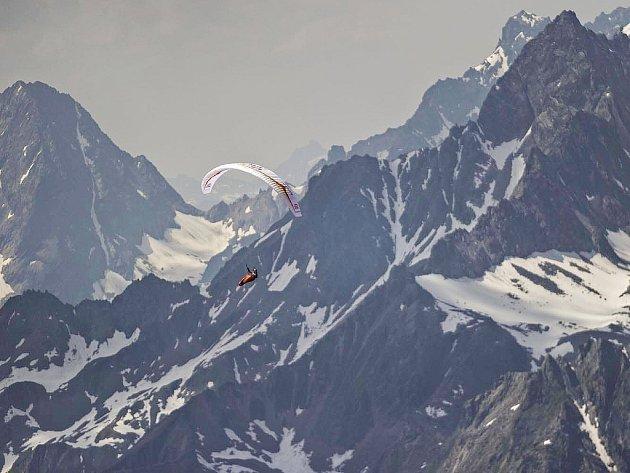 MAYER NA SVÉM PARAGLIDU VÚDOLÍ ÖTZTAL. Ötztal je 67km dlouhé alpské údolí vTyrolsku. Údolí se nachází na rozhraní Stubaiských a Ötztalských Alp a je obklopeno téměř 250třítisícovými vrcholy, včetně Wildspitze, druhé nejvyšší hory Rakouska.