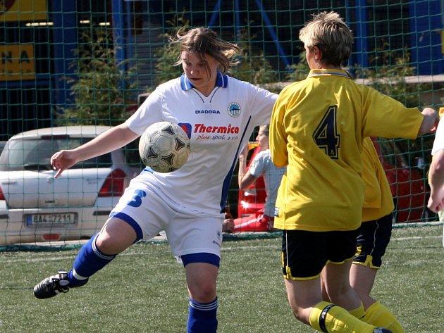 V bílém Veronika Kovářová ze Slovanu dala jeden ze šesti gólů.