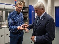 Velvyslanec USA Stephen B. King (na snímku vpravo) navštívil 18. října laboratoře Technické univerzity v Liberci.
