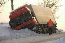 JEDEN ze zapadlých kamionů