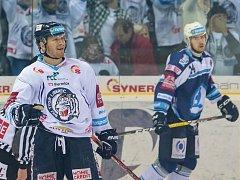 Druhé čtvrtfinálové utkání libereckých Bílých Tygrů (v bílém) proti HC Škoda Plzeň. Na snímku vlevo Milan Bartovič