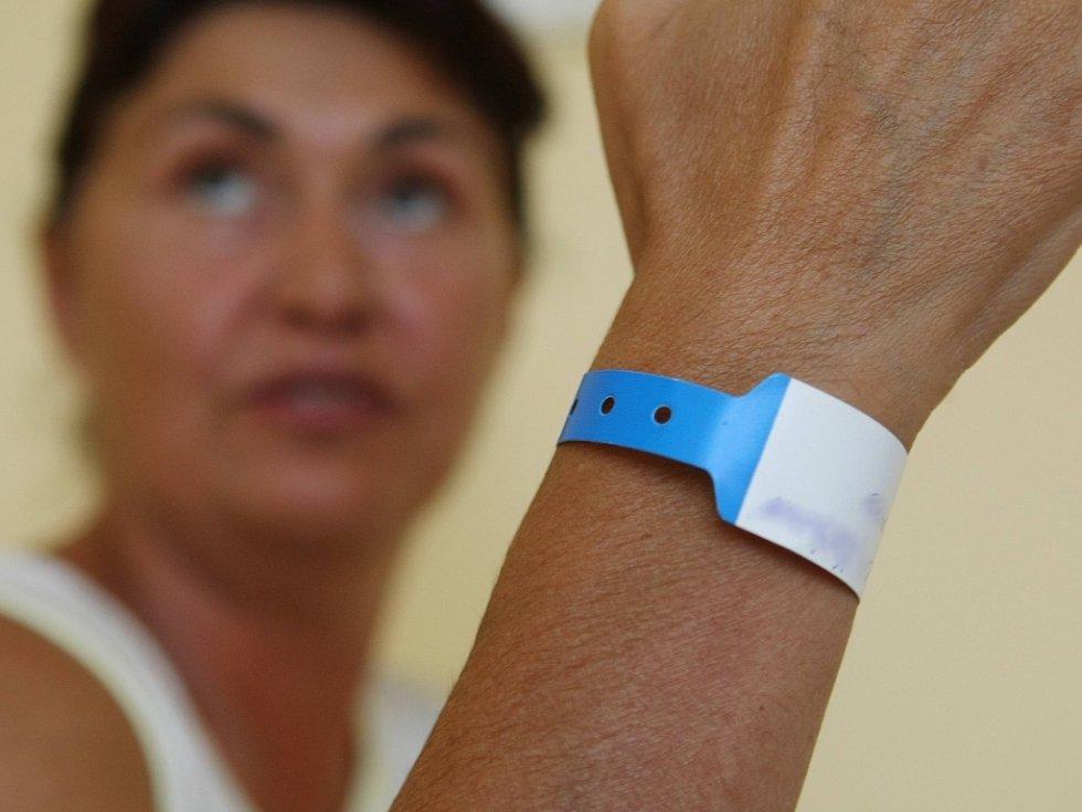 Liberecká nemocnice začala používat na svých odděleních modré identifikační náramky pro pacienty. Chce tím snížit riziko záměny.