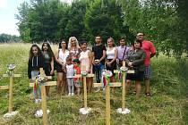 Nadšenci umístili nedaleko Kunratické ulice sedm křížů, které mají uctít památku romských dětí narozených v libereckém lágru.