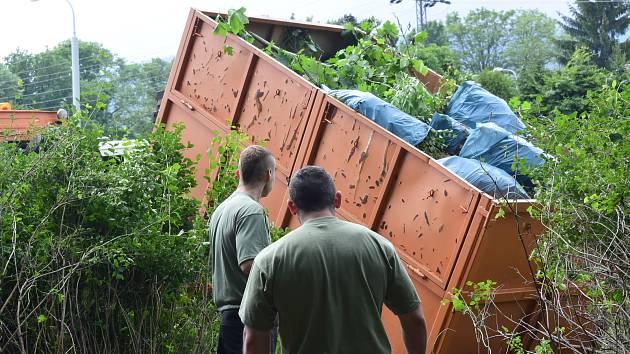 Téměř sto tun větví, suti a odpadu letos odstranili vězni z míst po celém Liberci. Do práce se zapojili jen pečlivě prověření odsouzenci.