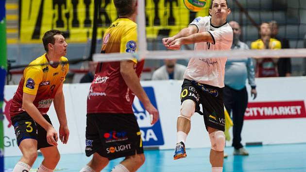 Zkušené libero Václav Kopáček (v bílém) přispěl k postupu volejbalistů Dukly přes finskou Kokkolu do Ligy mistrů.