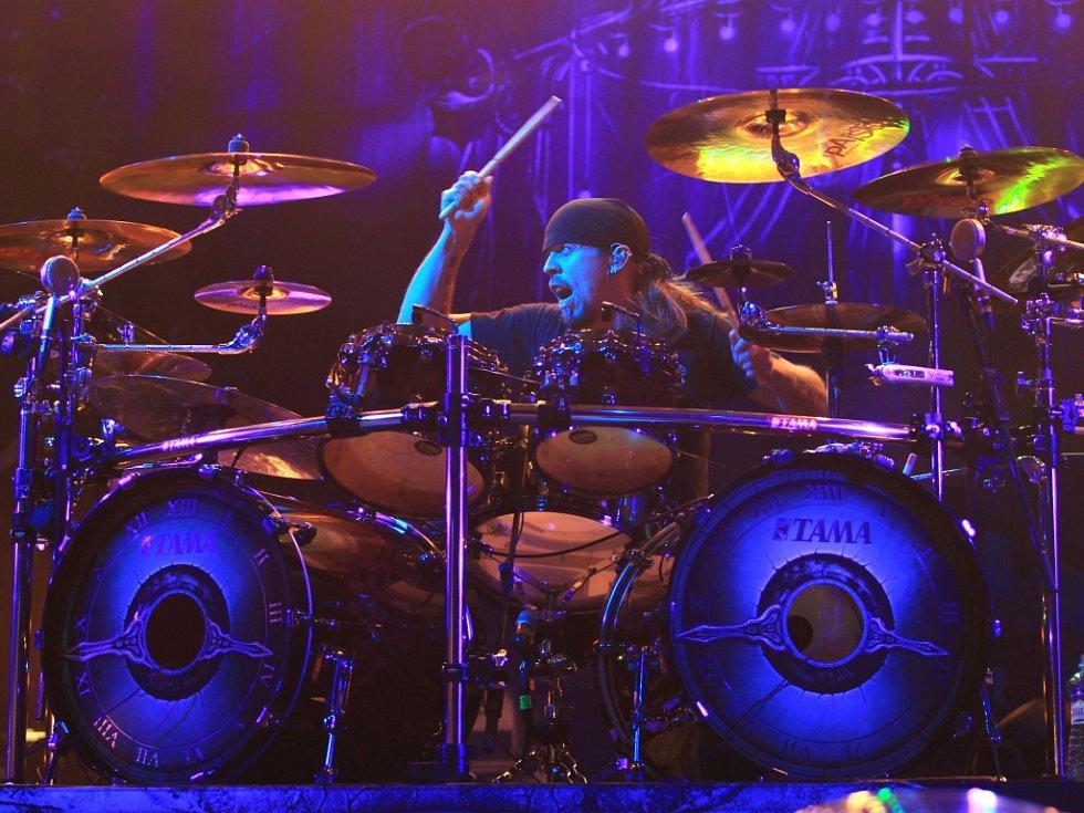 Na snímku headliner festivalu finská metalová kapela Nightwish v čele s novou frontmankou Floor Jansen.