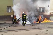 Zásah hasičů v Hanychovské ulici u požáru auta.
