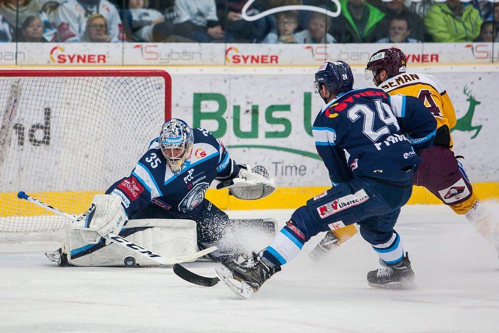 Dohrávka zápasu 11. kola Tipsport extraligy ledního hokeje se odehrála 26. února v liberecké Home Credit areně. Utkaly se celky Bílí Tygři Liberec a HC Dukla Jihlava. Na snímku zleva Roman Will, Filip Pyrochta a Filip Seman.