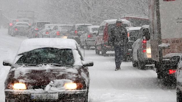Sněžení komplikuje dopravu.