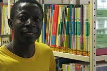 ADAMA ZIZIEN, který se narodil v Burkině Faso, pracuje v knihovně Technické univerzity v Liberci od roku 1995. Za jeho působení se na vysoké školy vystřídali už čtyři rektoři.