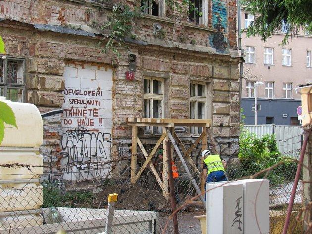 Dům na rohu ulic UStoky a Na Příkopě na Papírovém náměstí pomalu mizí.