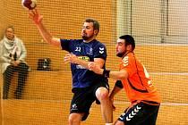 TĚSNÁ VÝHRA LIBERCE. Liberec Handball se trápil, ale nakonec první ligovou výhru má. Na snímku jsou liberecký Matěj Ploch (vlevo) a bystřický Matěj Salvet.