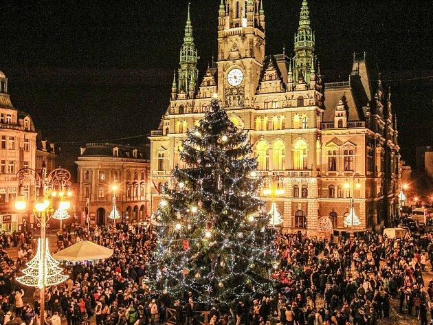 Vánoční strom na náměstí před radnicí v Liberci.