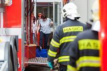 Hasiči zasahovali 8. června na Finančním úřadě v Liberci. Úředníky vyděsila podezřelá zásilka, jeden z nich oznámil přijetí podezřelé obálky se sypkým obsahem. Hasiči proto na místo přistavili dekontaminační kontejner.