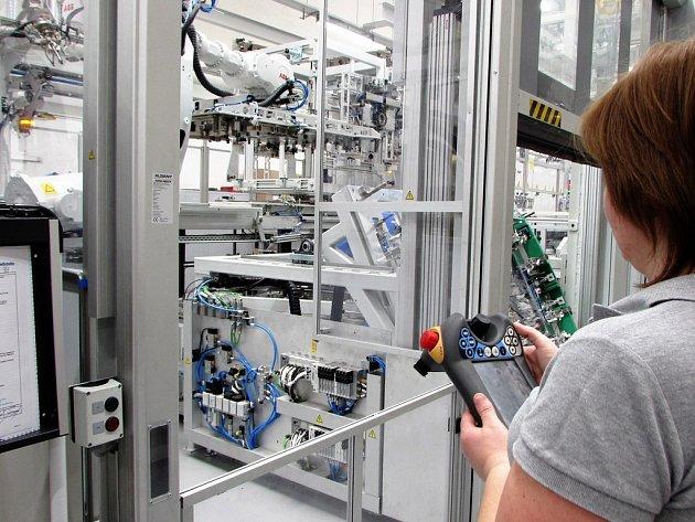 Obsluha robota ABB na výrobní lince.