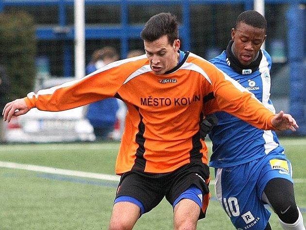 JEDEN Z MNOHA CIZINCŮ. Vpravo bojuje o míč s kolínským bekem liberecký Brazilec Marcos Calazans.